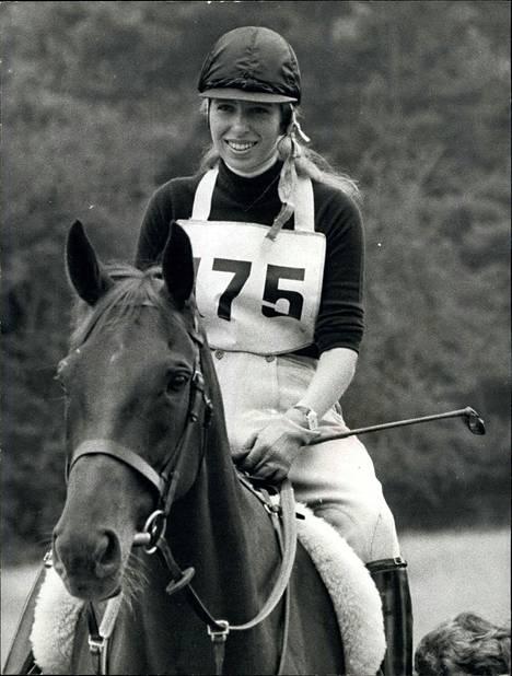 Hevoset ovat Annen suurin intohimo ja hän on kilpaillut ratsastuksessa myös Montrealin olympialaisissa.