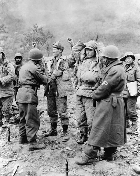 Turkkilaisia YK-joukkoja etsimässä kiinni otettujen Kiinan kansantasavallan joukkojen aseita joulukuussa 1950.