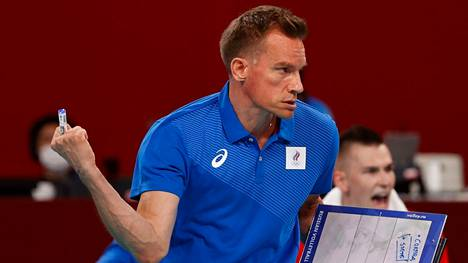Tuomas Sammelvuon pelaajien mukaan tiukkailmeinen päävalmentaja antaa miehistölleen myös siimaa. Hänen venäjäntaitonsa on tehnyt pelaajiin suuren vaikutuksen.