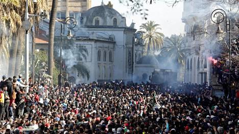 Ainakin 183 ihmisen on kerrottu loukkaantuneen poliisin ja mielenosoittajien välisissä yhteenotoissa perjantaina Algerian pääkaupungissa Algerissa.