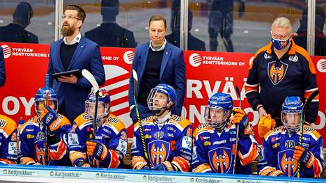 Jussi Tapolan (kesk.) valmentama Tappara sijoittui viime kaudella neljänneksi.