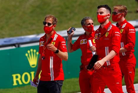 Vettel kävelemässä Red Bull Ringin radalla torstaina Ferrarin tallihenkilökunnan kanssa.