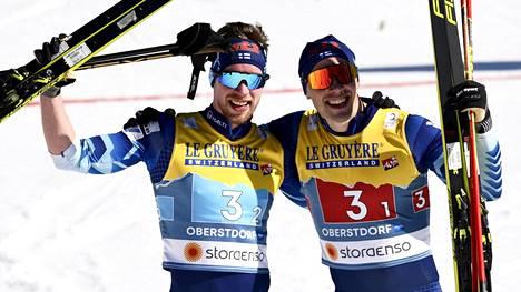 Joni Mäki juhli Ristomatti Hakolan kanssa MM-hopeaa sunnuntaina.