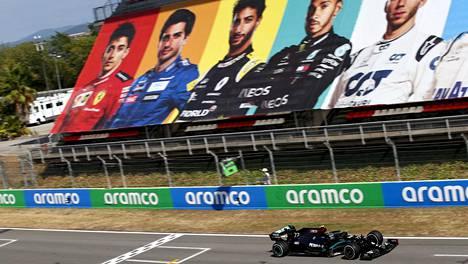 Lewis Hamilton vei paalupaikan.