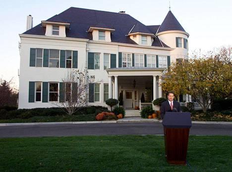 Al Gore pitämässä puhetta varapresidentin virka-asunnon edustalla marraskuussa 2000.