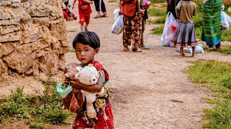 Myanmarilaislapsi väliaikaisleirissä Lashiossa.
