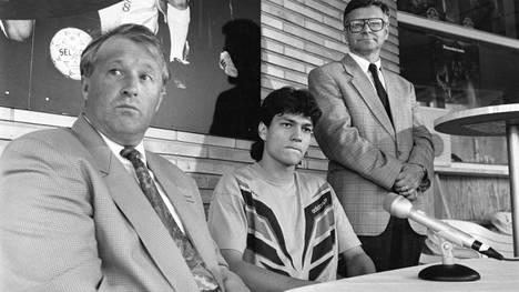 MyPan valmentaja Harri Kampman, Jari Litmanen ja seuran puheenjohtaja Matti Tiihonen kertoivat pelaajan Ajax-siirrosta kesällä 1992. Tiihonen vannoi tuolloin, ettei siirtosummaa tulla koskaan julkistamaan.