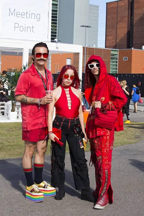 Pelkkää punaista! Mikko Vainio, Oona Oikkonen ja Andre Pozusis kertoivat tyylin olevan juuri festarityyli. Andren päällä suunnittelija Julia Männistön vaatebrändin Manniston vaatteet.