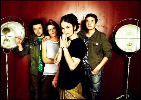 The Rasmus levy-yhtiön promootiokuvassa vuonna 2003. Tuona vuonna bändi teki valtavan läpimurron Dead letters -albumin myötä.