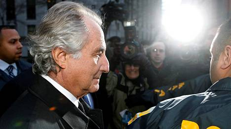 Bernie Madoff poistui poliisin saattamana oikeuden kuulemisesta tammikuussa 2009.