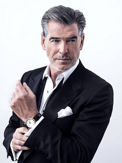 Brosnan on nähty useiden eri tuotteiden ja merkkien mainoskasvona. Esimerkiksi vuonna 2015 hän markkinoin sveitsiläisiä Speake-Marin luksushelloja.