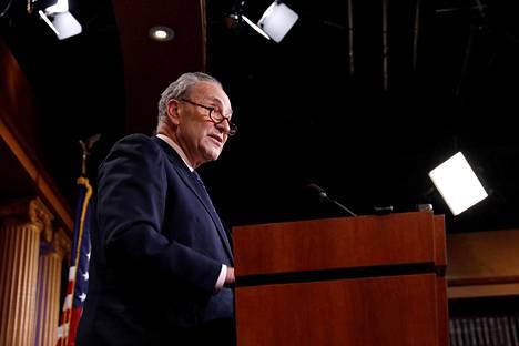 Yhdysvaltain senaatin demokraattijohtaja Chuck Schumer kertoo sanoneensa presidentti Donald Trumpille, että James Comeyn erottaminen on iso virhe.