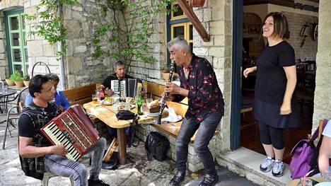 Vuoristossa on 46 kylää. Kulkija voi kokea upean konsertin.