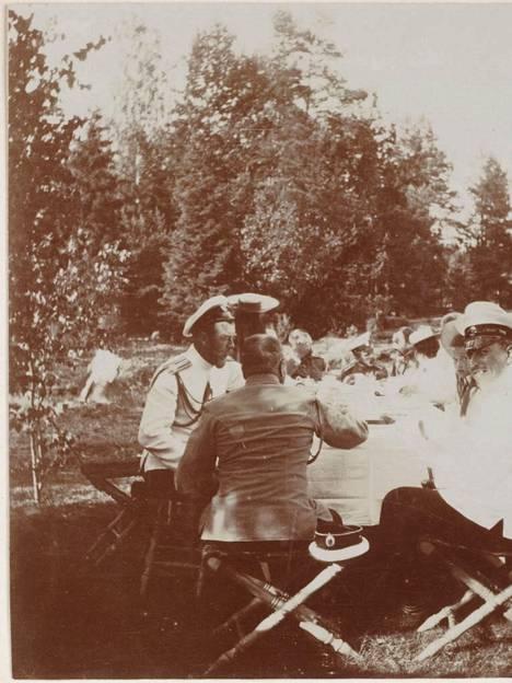 Keisariperhe ja tämän ystävät nauttivat piknikeistä ja juhlista.