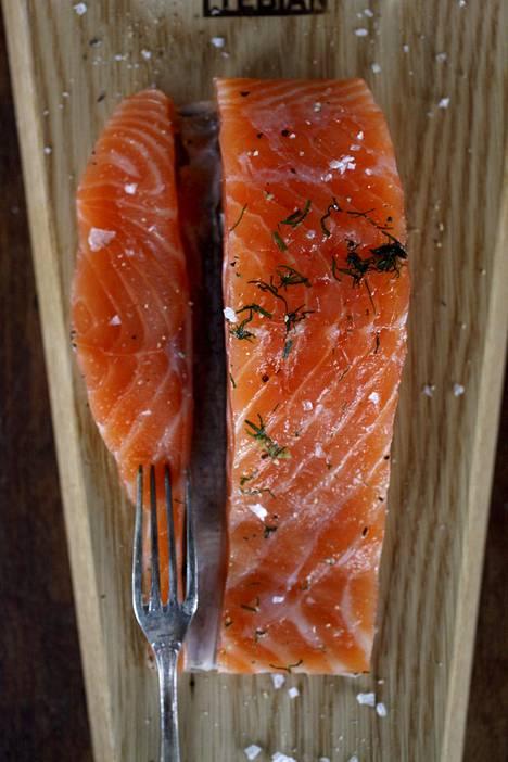 Yksi esimerkki raakakypsennetystä kalaruoasta on graavilohi.