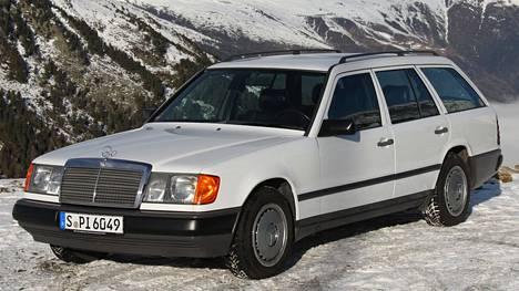 Kuvan hienokuntoinen Mercedes-Benz on vuodelta 1985 eli se täyttää pian suomalaisen museorekisteröinnin edellyttämät 30 vuotta.