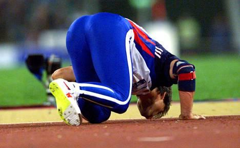 Jan Zelezny suuteli tartania voitettuaan olympiakultaa Sydneyssä 2000.
