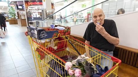 Vantaalainen Raimo Naskali teki viikon ostokset ja istahti jäätelölle.