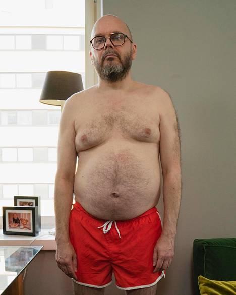 Vaatesuunnittelija Lalli Savolaisen keskivartaloon on hiipinyt ylimääräistä epäterveellisen ruokavalion seurauksena.