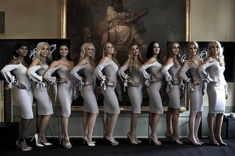 Kaikki Miss Helsinki -finalistit Helsingissä julkistamistilaisuudessa maanantaina.