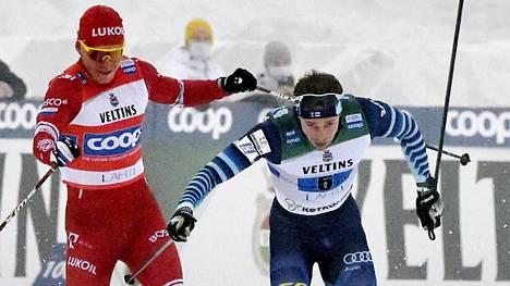 Aleksandr Bolshunov ensin huitoi sauvallaan Joni Mäkeä ja sen jälkeen taklasi suomalaista maalialueella.