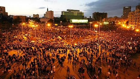Mielenosoittajia Tahirin aukiolla Kairossa maanantai-iltana. Tiistaina oppositioryhmät aikovat marssittaa kaduille miljoona ihmistä.