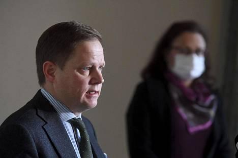 Markus Lohen (kesk) johtama sosiaali- ja terveysvaliokunta on purkanut kuultavien sumaa epävirallisilla etäkuulemisilla. Kokousmaraton on aiheuttanut oppositiossa jupinaa soten puskemisesta läpi koronakriisin varjolla. Taustalla Mia Laiho (kok).