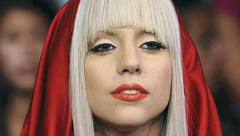 Lady Gagan juhlissa juotiin giniä kuninkaallismukeista.