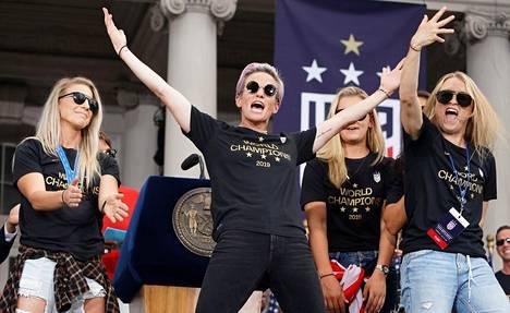 Megan Rapinoe (kesk.) otti ilon irti USA:n voitonparaatissa New Yorkissa 10. heinäkuuta.