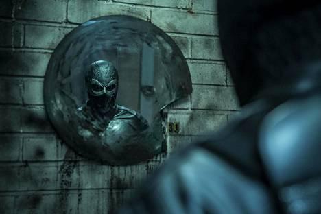 Synkkä Rendel perustuu ohjaaja Jesse Haajan 14-vuotiaana kehittelemään sarjakuvahahmoon. Pääroolia näyttelee Kris Gummerus.