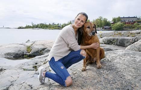 Satu Tuomisto Leo-koiransa kanssa Kaivopuistossa viime kesänä.