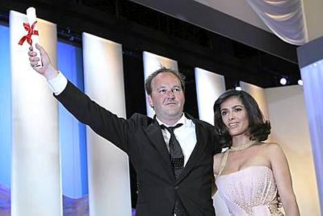 Ohjaaja Xavier Beauvois pokkasi festivaalin Grand Prix -palkinnon. Kainalossa näyttelijä Salma Hayek.