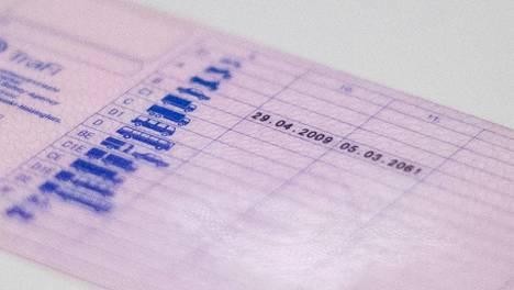 Kuvan ajokortti vanhenee korttiin kirjatun päivämäärän mukaan vasta maaliskuussa 2061. Merkintä ei kuitenkaan pidä enää paikkansa, sillä voimassa olevan lain mukaan joka ikinen suomalainen ennen 19. tammikuuta 2013 myönnetty ajokortti lakkaa olemasta voimassa jo kymmeniä vuosia tätä aiemmin eli viimeistään vuonna 2033.
