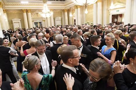 Tanssiminen kuuluu Linnan juhliin.