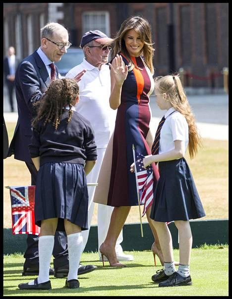 Yleensä totisena valokuvissa nähty Melania Trump esiintyi perjantaina hyvin rennon ja aurinkoisen oloisena.