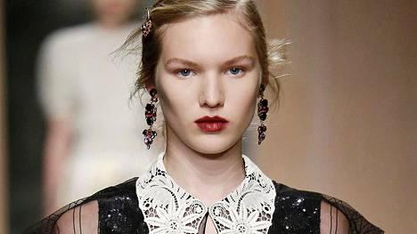 Erdemin syys-talvimalliston näytöksessä mallien huulet oli punattu suttuisiksi.