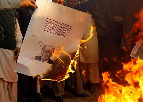 Trumpin kuvilla varustettuja julisteita ja muita esitteitä on poltettu eri puolilla maailmaa. Kuva Pakistanin pääkaupungista Islamabadista.