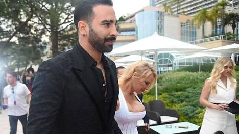 Adil Rami ja Pamela Anderson kuvattuna Monacossa toukokuussa 2019.