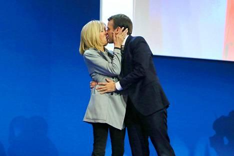 Voitonsuudelma! Brigitte suuteli puolisoaan, kun tämä voitti presidentinvaalit vuonna 2017.