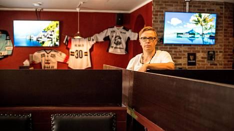 Minna Sillgren on miehensä kanssa joutunut miettimään moneen kertaan, miten sporttibaari Pelurissa käytännössä toteutetaan koronatartuntojen torjumiseksi annetut ohjeet.