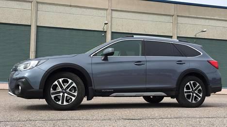 Subaru Outbackin sivuprofiili on tuttu. Tästä kulmasta jonkinlaista eroa edelliseen voi löytää keulan ohella myös sivupeileistä, joista matkustajan puoleisesta löytyy myös kamera.
