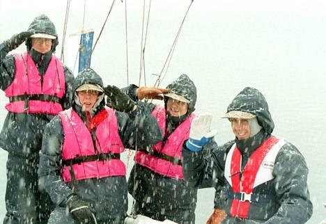 Juha Ylönen, Janne Ojanen, Raimo Summanen ja Hannu Virta nauttivat Ruotsin keväästä purjehdusretkellä.