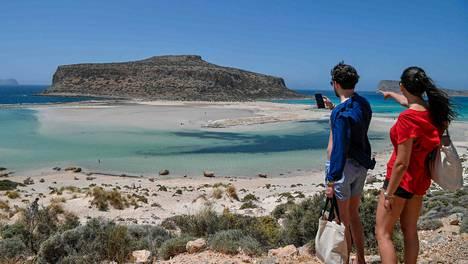 Turisteja Baloksen laguunilla Kreikalle kuuluvalla Kreetan saarella 13. toukokuuta.