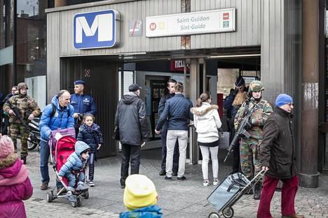 Kaupungin metroasemia vartioidaan tarkasti.