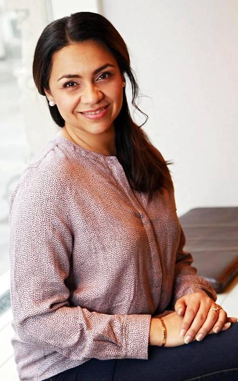 Mukana sarjassa on Gimmel-yhtyeestä aikoinaan tunnetuksi noussut Ushma Karnani. Hän näyttelee sarjassa toimiston iloista työntekijää Leylaa. –Viimeksi olin KOM-teatterin musikaalissa Käyttöohje kahdelle, hän kertoo IS:lle.