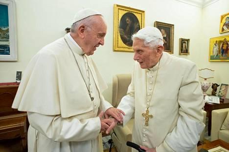 Emerituspaavi Benedictus XVI, 92, jäi eläkkeelle vuonna 2013. Kuvassa hän kättelee nykyistä paavia, Franciscusta.