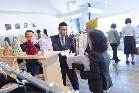 Kiinnostus Tokiossa ja Soulissa oli merkin mukaan ilmiömäistä. Hitaasti lämpenevänä pidetystä Japanista löytyi oikea jakelija heti ensi yrittämällä ja kaikki mallikappaleet jäivät saman tien Tokioon. Kuvassa Matsuya-tavaratalon ostajat ja Hanna Jauhiainen.