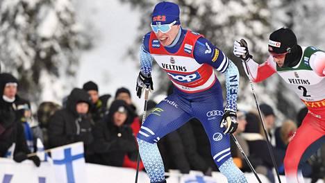 Iivo Niskanen (vas.) ja Emil Iversen vauhdissa Rukan maastossa viime vuoden 15 kilometrin kilpailussa.