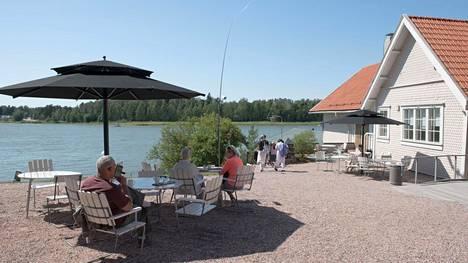 Cafe Adjutantin terassilla käydään kahvittelemassa ilman museokierrostakin.