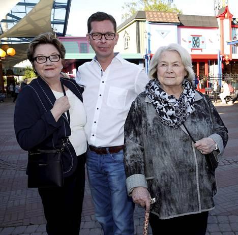 Näyttelijä Anja Pohjola, 85, käy esiintymässä veteraaneille ja kollega Liisa-Maija Laaksonen tekee myös edelleen töitä. Naisten seurana oli Laaksosen poika, juristi Ville Kaitue.